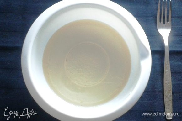 В отдельной емкости смешать масло с уксусом и водой.