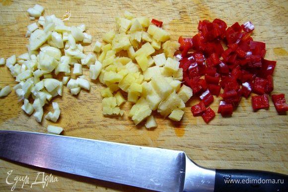 Тем временем подготовим остальные продукты, т. к. процесс готовки очень быстрый, все должно быть под рукой. Имбирь, чеснок, перец чили измельчить.