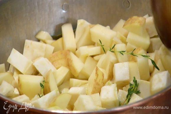 Картофель вымыть и, не очищая, нарезать маленькими кубиками, затем добавить в кастрюлю, все перемешать и продолжать готовить под крышкой.