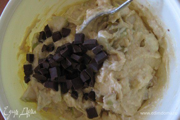 Шоколад измельчить ножом и добавить к тесту.