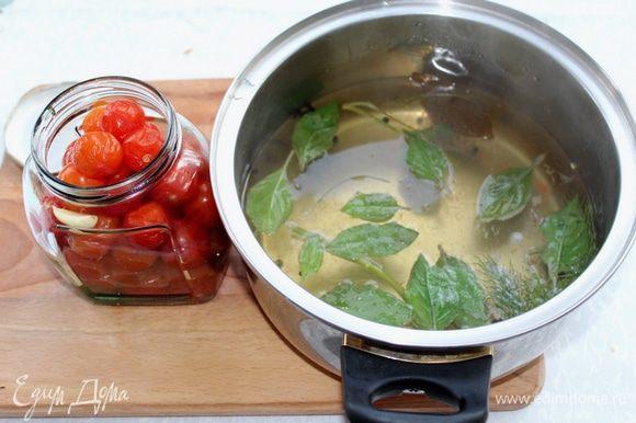 Помидоры вместе с пряностями переложите в банки, а маринад доведите до кипения. Добавьте мёд, яблочный уксус и листики базилика.