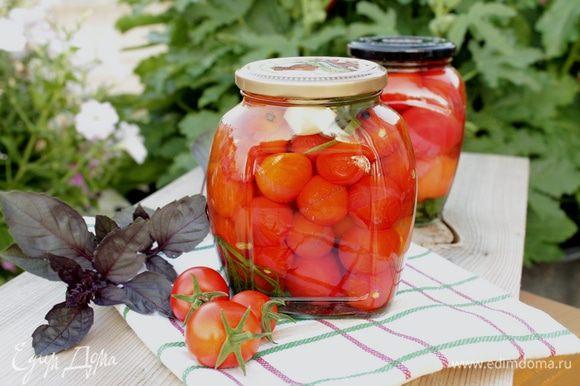 Залейте помидоры горячим маринадом и оставьте до полного остывания.