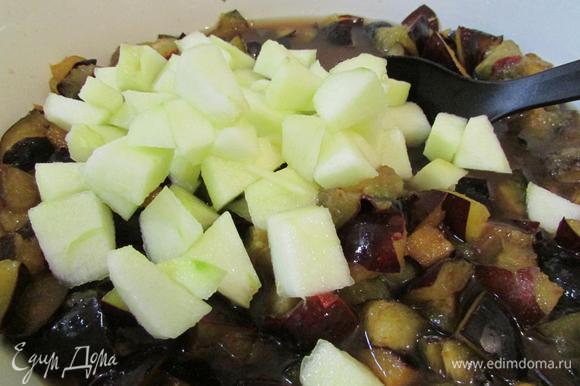 Сливы и яблоки в лимонном соке сложить в кастрюлю или тазик для варки варенья. Перемешать.