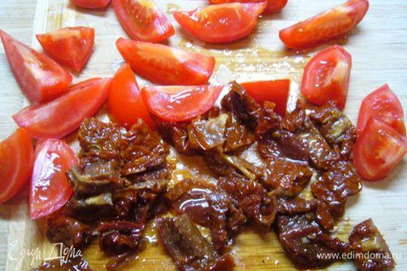 Крупно порубить черри и вяленые томаты. Лук измельчить.