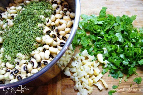Чеснок, зелень порезать, отправить в кастрюлю к фасоли. Посолить, поперчить, добавить томатную пасту, оливковое масло, хорошо перемешать.