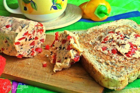 На горячий тост (или два!) кладём кругляшик самодельного маслица и под кофеёк наслаждаемся :)
