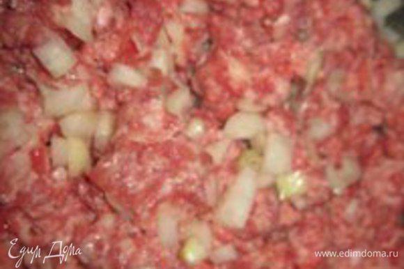Мясной фарш, у меня говяжий-свиной, соединить вместе с луком. Выложить на сковороду и жарить 7 минут, постоянно перемешивая.
