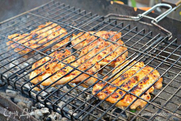 Куриное филе вложить на смазанную маслом решётку гриля. Готовить по 10 мин с каждой стороны, периодически переворачивая.
