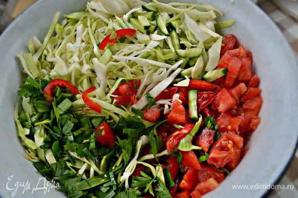Тем временем капусту тонко нашинковать, огурец и болгарский перец нарезать соломкой, помидоры - кубиками, мелко порубить зелень, сыр натереть на крупной тёрке.