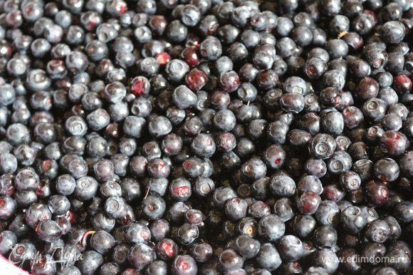 Ягоды черники и смородины перебрать и хорошо промыть в проточной воде.