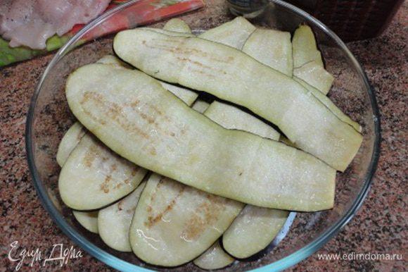 Баклажаны (мне хватило одного большого, не очень толстого, чтобы меньше семян, но подлиннее, чтобы полоски можно было завернуть) не чистить, а нарезать тонкими полосками, пересыпать солью и оставить, чтобы ушла горечь.
