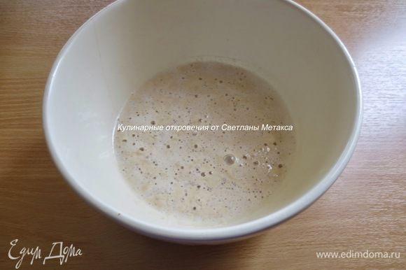В маленькой кастрюле слегка нагреть молоко, добавить дрожжи, сахар и 2 ст. л. муки, перемешать, накрыть и оставить на 15 минут.