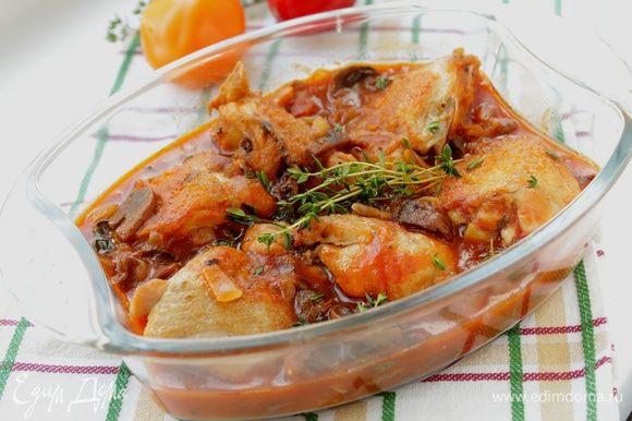 Переложить в форму для запекания, готовить под крышкой 35 минут при 180 градусах. Добавить тимьян и запекать еще 10 минут.