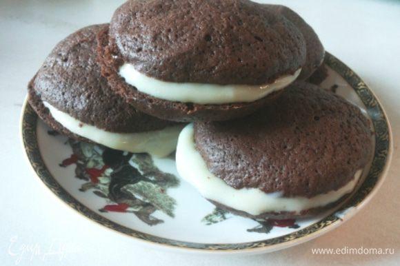 Соединяем наши печенья попарно при помощи крема. Все! Можно пить чай!