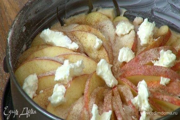 Оставшееся сливочное масло порезать кусочками и разложить сверху на яблочные дольки.