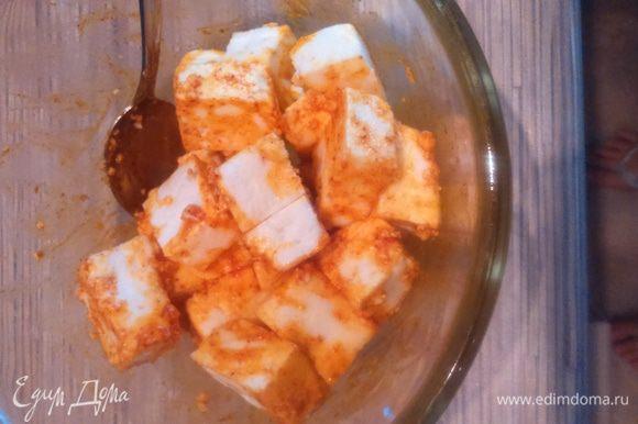 В миске смешать куркуму, паприку, 2 столовые ложки растительного масла, посолить. Нарезанный кубиками панир замариновать в этой смеси минут на 10.