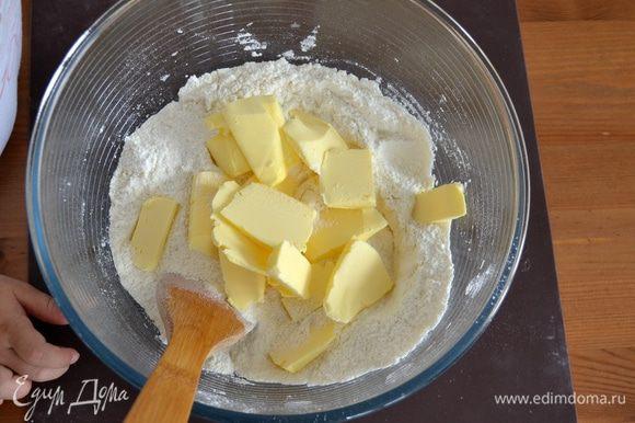 Первым делом просеять в миску муку, добавить сахар и слегка размягченное сливочное масло кусочками.