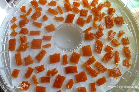 Цукаты я также сушу в сушилке на пергаменте смазанном растительным маслом. Цукаты я аккуратно раскладываю по пергаменту, чтобы между ними было пространство. Сушу на среднем режиме 8-10 часов (зависит от размера цукатов). Цукатов у меня получилось почти 5 лотков.
