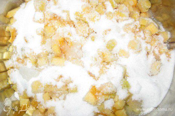 На дно кастрюли налить немного воды, выложить кусочки тыквы, засыпать сахаром, довести до кипения и постоянно помешивать. Варить 20-30 мину.