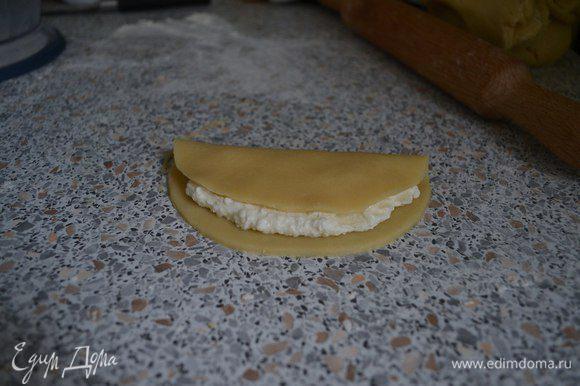 Накрыть вторым краем. Смазать взбитым желтком с молоком.
