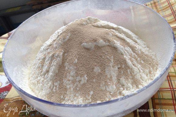 В миске соединить муку (300 г), соль и сухие дрожжи. Можете взять живые, их количество пересчитывайте согласно упаковке.