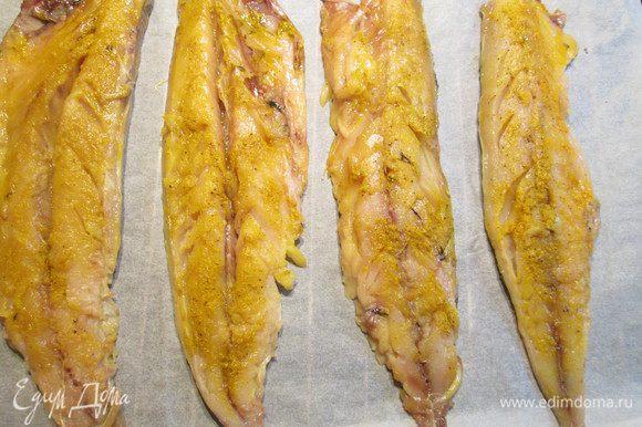 Обваливаем в приготовленной смеси поочередно каждое филе и выдерживаем минут 10-15.
