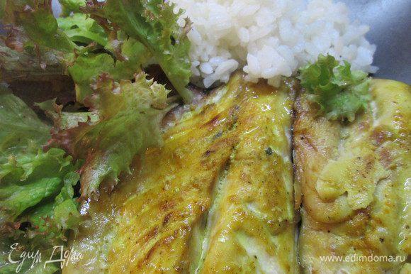 Золотая рыбка готова! Можно подавать на стол, уложив на большое блюдо, украсив зеленью салата. Можно сразу подать в порционных тарелках с зеленью и рисом.