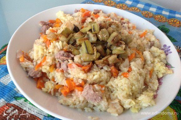 Переверните готовое блюдо на большую тарелку, сверху выложите баклажаны и подавайте. Приятного аппетита!