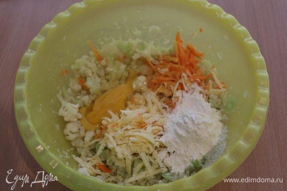 С помощью погружного блендера (или просто ножом) измельчить капусту, добавить натертую морковь, яйца, сыр, муку, слегка посолить.