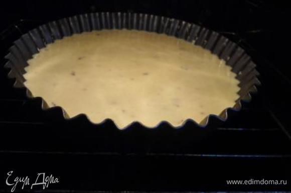 Духовку разогреваем до 190 градусов. Форму смазываем маслом и присыпаем кукурузной мукой. Выкладываем тесто.