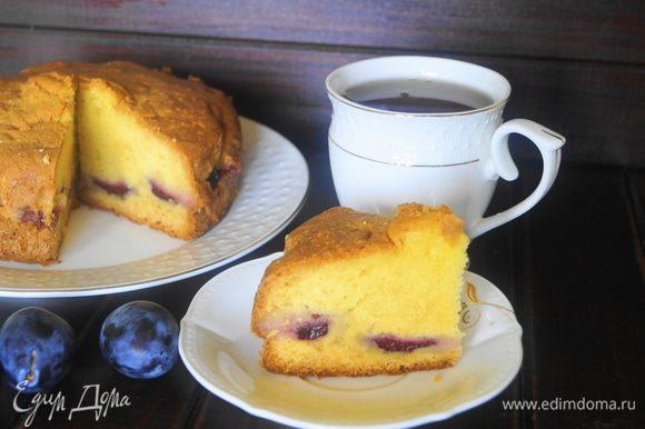 Готовый пирог достать из формы и остудить на решетке. Можно посыпать сахарной пудрой. Затем нарезать на кусочки и можно подать к столу. Приятного чаепития!