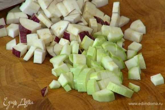 Баклажан и кабачок нарезать небольшими кубиками.