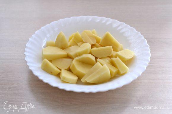 1 крупную картофелину почистить, порезать.