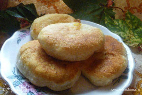 Пирожки можно кушать так, можно с горячими блюдами вместо хлеба, можно с молоком, а можно положить с собой в школу...