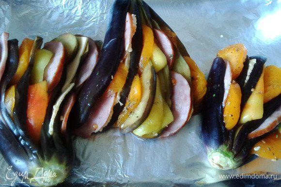 Запекаем в форме (у меня противень с фольгой) до готовности примерно 15-20 минут, как пожелает ваша духовка.