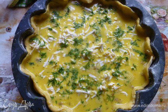 Залить мясную начинку омлетной массой, сверху посыпать тертым плавленным сыром и мелко нарезанным укропом.