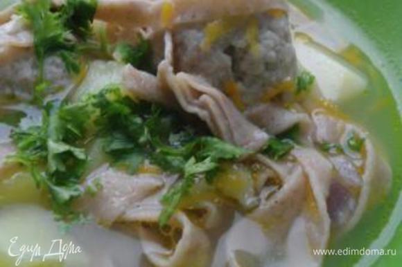 В готовый суп по вкусу добавляем зелень (я люблю петрушку).