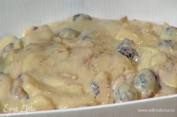 Тесто выложить в жаропрочную керамическую форму и выпекать в разогретой духовке 45–50 минут.