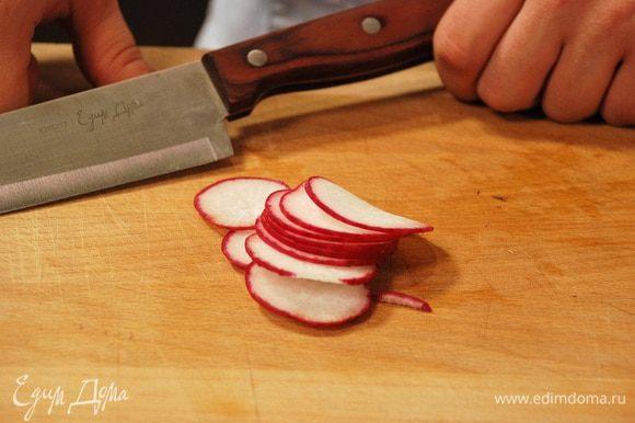 Овощи тонко нарезать и положить поверх сыра.