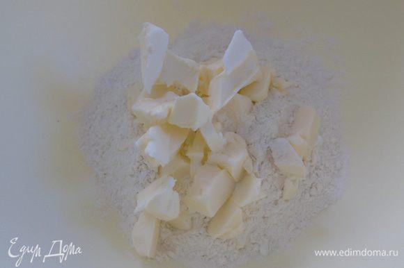 Вначале приготовим тесто: муку смешиваем с солью, добавляем холодное масло ,нарезанное кусочками.