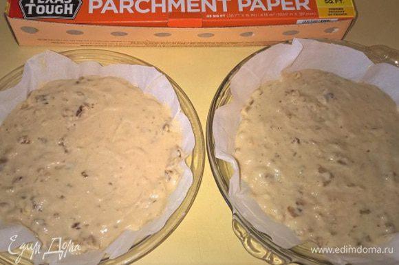 Полученную массу делим на 2 части и укладываем на пекарскую бумагу в формах для выпечки одинакового размера. Помещаем в духовку на 35-40 минут.