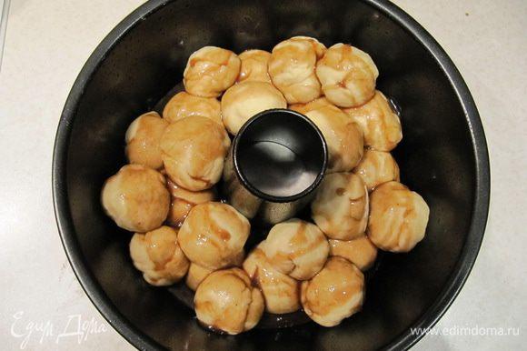 Сверху на шарики из теста вылить карамельный соус.