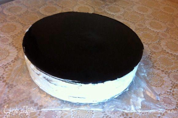 Я покрывала верхний слой зеркальной глазурью, осталась от предыдущего торта. Достать торт с холодильника, снять кольцо, покрыть верх и бока кремом, обсыпать крошкой из обрезков. Поставить на ночь в холодильник.