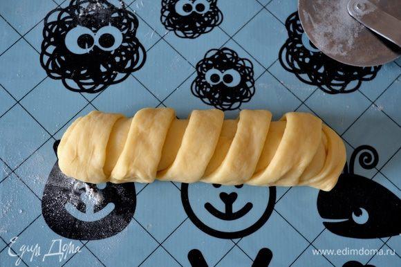 Аккуратно защинуть полоски теста внизу, закрыть по бокам и сформировать булочку.