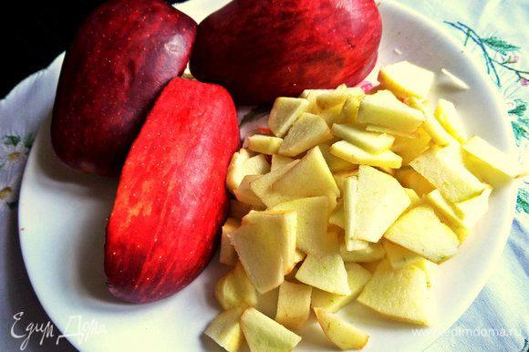 Яблоко очищаем и строгаем на ломтики.