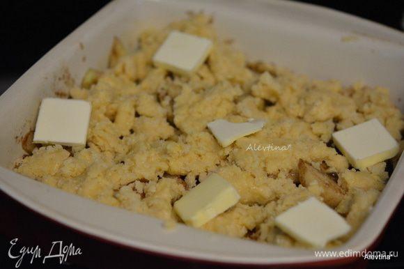 Выложить тесто ложкой поверх яблок и груш. Сверху сливочное масло 2 ст. л. кусочками или 28 гр. Поставить в разогретую духовку до золотистого цвета или 45 мин.