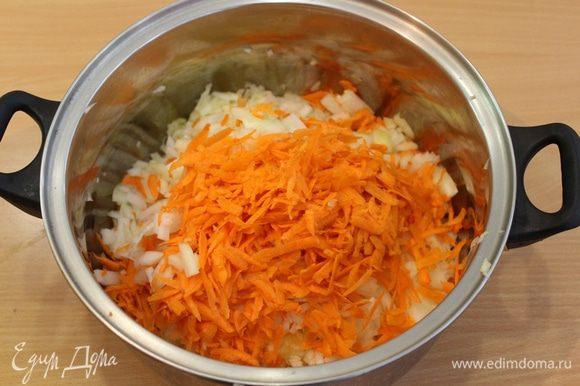 Поместить натертые овощи в кастрюлю с толстым дном, добавить масло и тушить 40 минут.