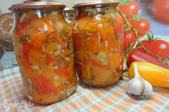 Салат можно раскладывать в стерилизованные горячие банки и закатывать крышками.