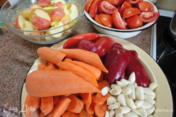 Все овощи помыть, перец очистить от семян и нарезать на кусочки, удобные для перемалывания на мясорубке. От цвета перца зависит цвет икры. Я предпочитаю использовать красный перец, чтобы икра была красивого оранжевого цвета.