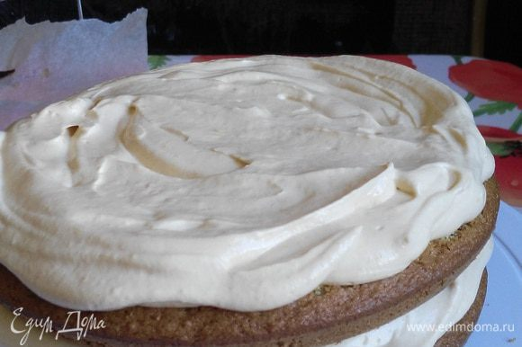 Сборка торта. Мусс нанести по спирали, толщина сантиметр +-.